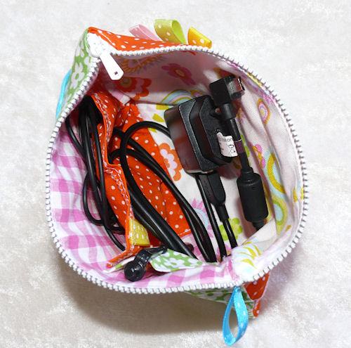 http://scrap.en.folie.free.fr/apourblog/couture/pochetteconnecticportable/Image8.jpg