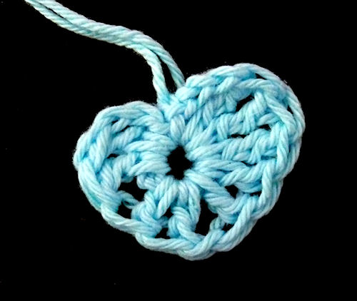 http://scrap.en.folie.free.fr/apourblog/crochet/2012/essaifleurssansmodeleaout12/2.jpg